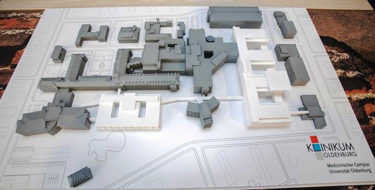Das Modell zeigt die neuen Bauprojekte (in weiß) auf dem Klinikum-Gelände. Rechts ist der zukünftige Erweiterungsbau und links neben der Kinderklinik das geplante Perinatalzentrum zu sehen.