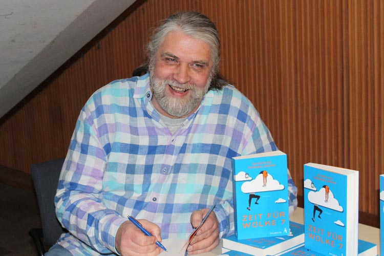 """Winfried Hammelmann stellt seinen ersten Roman """"Zeit für Wolke 7"""" vor."""