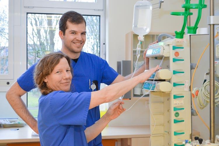 Medizinstudent Johannes Grone und die Fachkrankenschwester Maike Neelen bereiten den Platz für einen Intensivpatienten im Klinikum Oldenburg vor.