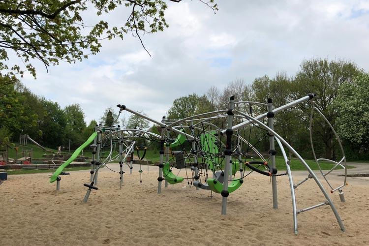 Klettern, Balancieren, Schwingen und Drehen: Diese Kletteranlage auf dem Spielplatz in Ohmstede bewegt auch ältere Kinder.