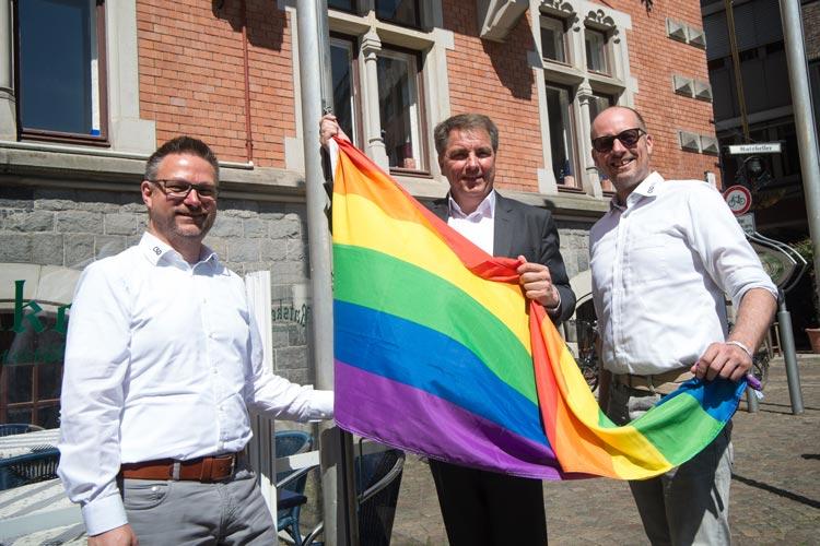 Hissten die Regenbogenflagge (von links): Achim Beyer (CSD Nordwest), Oberbürgermeister Jürgen Krogmann und Kai Bölle (CSD Nordwest).