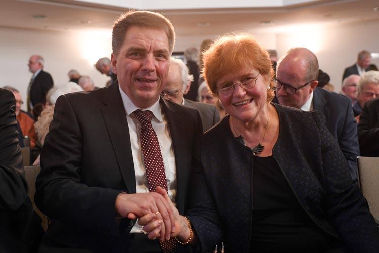 Oberbürgermeister Jürgen Krogmann und Preisträgerin Deborah Lipstadt.