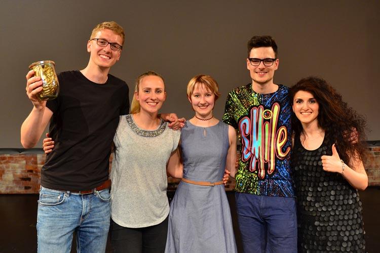 """Freut sich über das """"Goldene Gehirn"""": Jens-Steffen Scherer (links), daneben (von links): Lisa Schmors, Charlotte Beelen, Jelena Galojan und Sven Leach."""