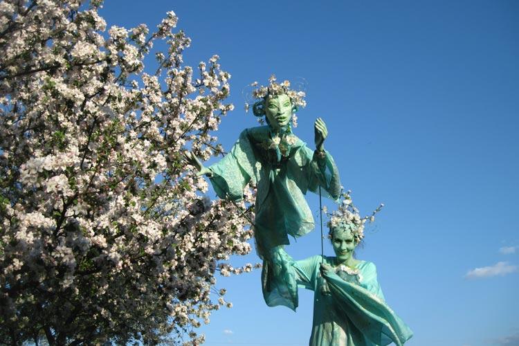 """Die """"bezaubernde Blütenfee"""" zieht mit anderen Walk Acts durch die Innenstadt."""