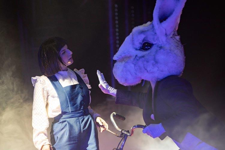 """Katharina Shakina und Rajko Geith in """"Alice im Wunderland: L-S-Dreamland""""."""