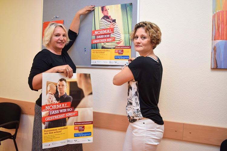 """Petra Bremke-Metscher (links) und Jekaterina Nesukaitiene-Pommer vom Fachdienst """"Soziale Dienste"""" machen auf Beratungsmöglichkeiten für Eltern aufmerksam."""