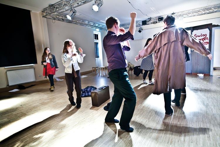 Die Freie Jugendtheatergruppe DienstagsDrama erinnert mit Getanzte Rebellion an die Swing-Jugend in der NS-Zeit.