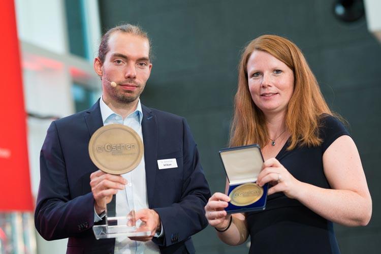 """Dr. Sebastian Wilken, der diesjährige Preisträger des """"groschen 2018"""", und Anne Depping, die Gewinnerin des Publikumspreises."""