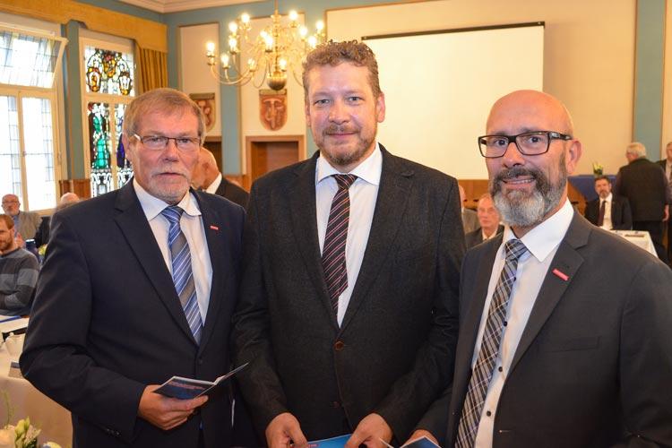 Manfred Kurmann (links) und Heiko Henke (rechts) begrüßten Gastreferent Dr. Christian Welzbacher auf der Vollversammlung der Handwerkskammer Oldenburg.