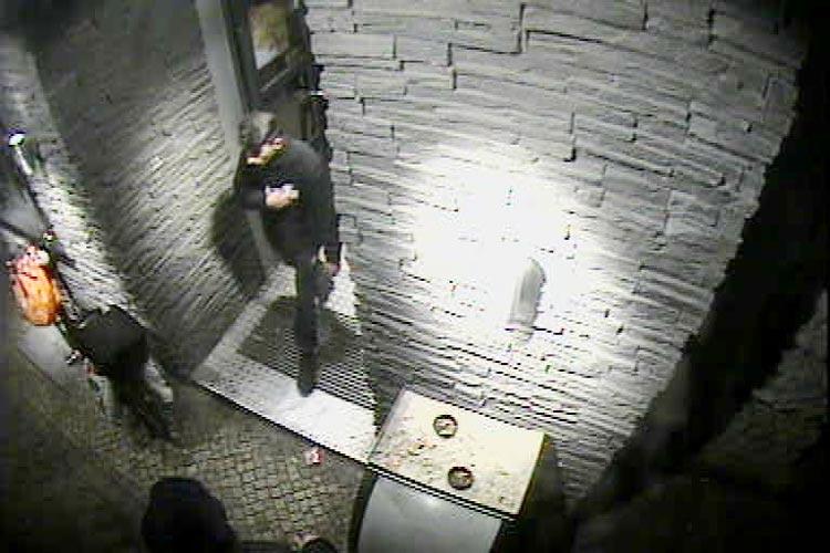 Fotos einer Überwachungskamera zeigen die zwei Tatverdächtige beim Verlassen eines Schnellrestaurants kurz vor der Tat.