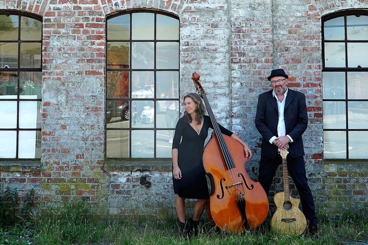 Das Duo Connie & Blyde bringen Pop zum Country mit Gitarre, Kontrabass und Gesang.