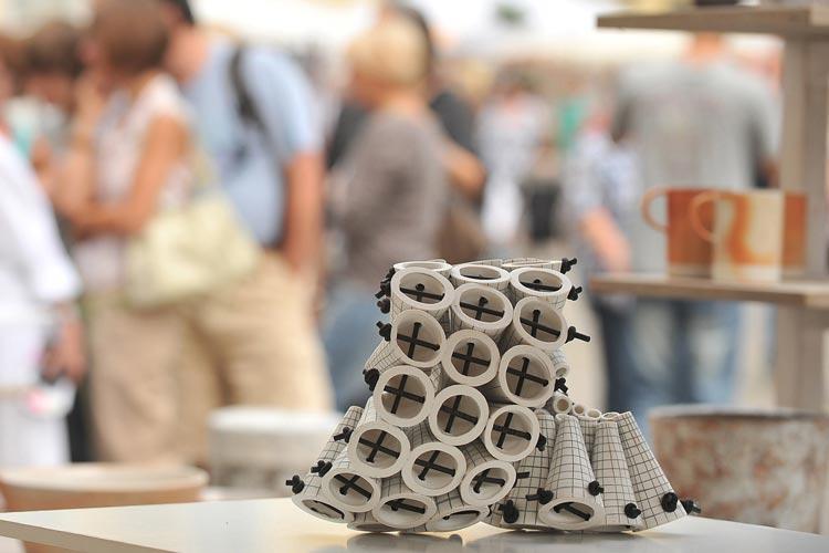 Der Schwerpunkt bei den Keramiktagen auf dem Schlossplatz in Oldenburg liegt auf zeitgenössische Kunstobjekte und Einzelstücke. Hochwertige Keramik für den Alltagsgebrauch ist aber auch zu finden.