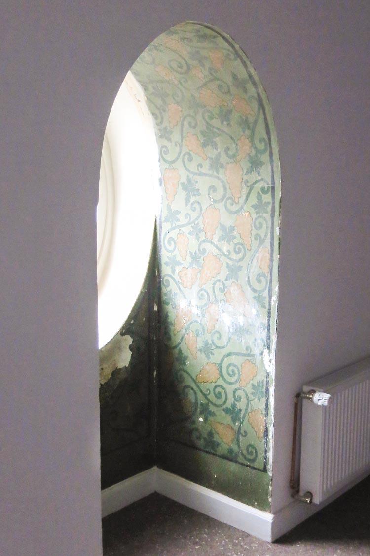 Bei der Komplettrenovierung sind in den oberen Stockwerken historische Wandmalereien freigelegt worden, die in Kürze vom Denkmalschutz begutachtet werden.