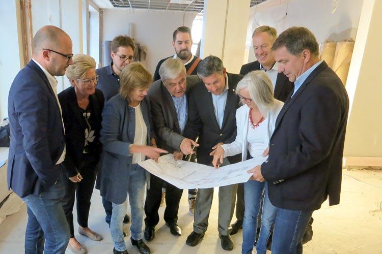 Baustellenbesichtigung im Lappan für die neue Tourist-Info Oldenburg (von rechts): Oberbürgermeister Jürgen Krogmann und OTM-Geschäftsführerin Silke Fennemann mit Vertretern der Gesellschafterversammlung und des Beirates der OTM.