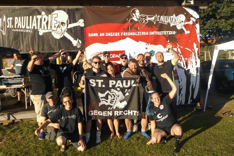Zum zweiten Mal erfolgreich für den Tierschutz gekickt: der Fanclub St. Pauliatrie Oldenburg.