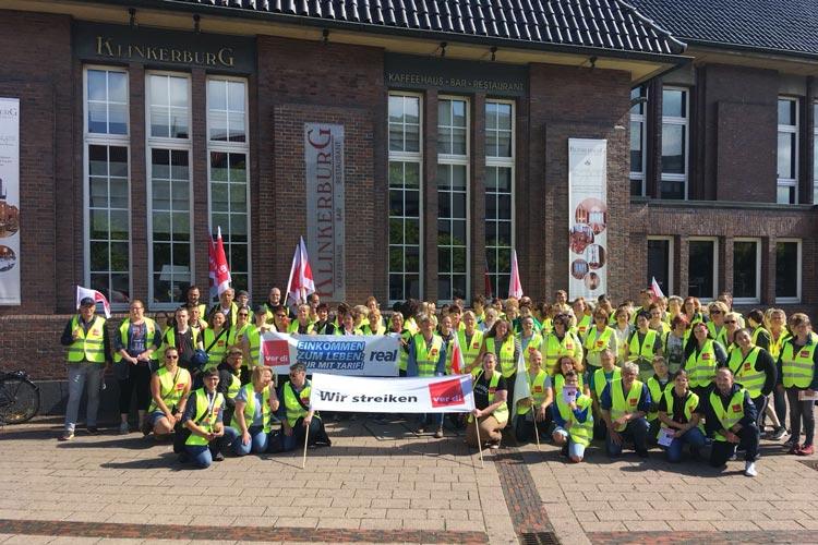 Mehr als 100 real-Mitarbeiter aus Oldenburg, Emden und Papenburg streiken gegen den Austritt aus dem Tarifvertrag.
