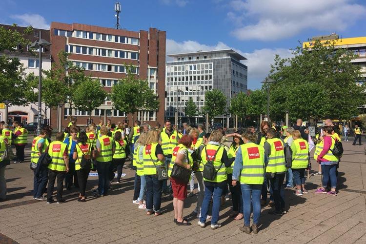 Beschäftigte der real-Einkaufsmärkte haben heute in Oldenburg gesteikt