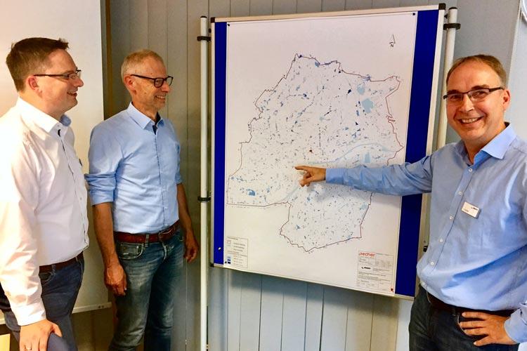 Dr. Michael Janzen (Abteilungsleiter OOWV Asset Management und strategische Planung), Robert Sprenger (Leiter des Fachdienstes Naturschutz und technischer Umweltschutz, Stadt Oldenburg) und Jens de Boer (OOWV-Regionalleiter für die Stadt Oldenburg und den Landkreis Ammerland) stellten die Starkregen-Gefahrenkarte für die Stadt Oldenburg vor.