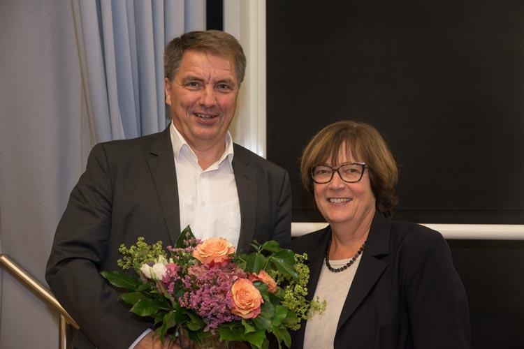 Oberbürgermeister Jürgen Krogmann gratuliert Dagmar Sachse.