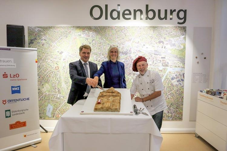 Oberbürgermeister Jürgen Krogmann, OTM-Geschäftsführerin Silke Fennemann und Hofkonditormeister Christian Klinge (von links) beim feierlichen Anschnitt der Lappan-Torte.