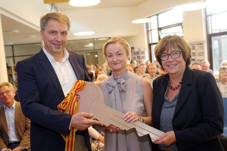 Oberbürgermeister Jürgen Krogmann, NGO-Schulleiterin Katrin Wutschke und Schuldezernentin Dagmar Sachse bei der symbolischen Schlüsselübergabe.