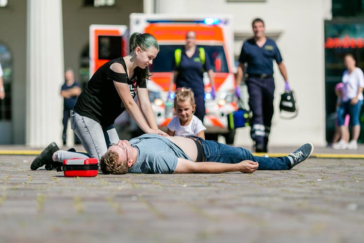 Der Aktionstag Oldenburg rettet Leben auf dem Schlossplatz macht Mut, in Notfällen beherzt einzugreifen.
