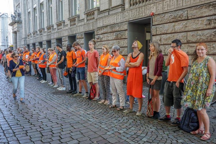 """Am vergangenen Samstag haben Aktivisten der """"Seebrücke Oldenburg"""" einen Flashmob in der Innenstadt veranstaltet."""
