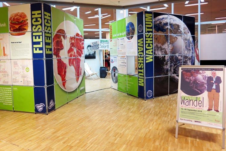In der Bibliothek der Carl-von-Ossietzky Universität ist in Kooperation mit der Fairtrade Town Steuerungsgruppe Oldenburg eine interaktive Wanderausstellung zu den Themen Konsum und Wachstum zu sehen.