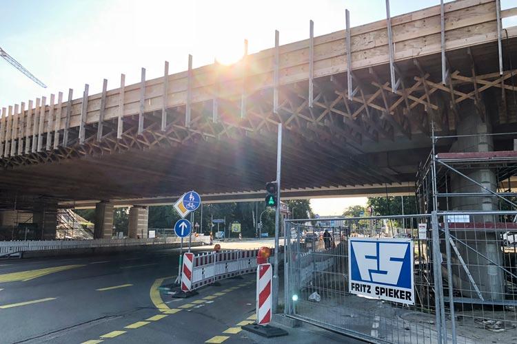 Die Schalung der Autobahnbrücke an der Alexanderstraße wird abgebaut.