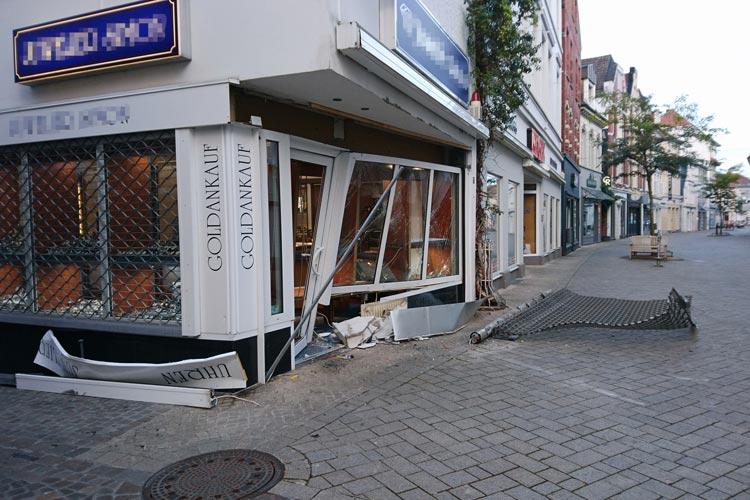 Mit brachialer Gewalt brachen die Täter in das Juweliergeschäft in der Oldenburger Innenstadt ein.