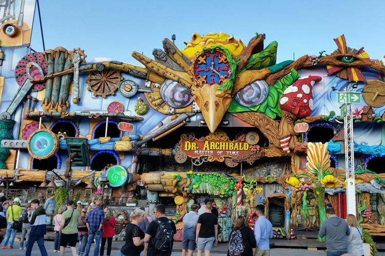 Zehn Tage lang wurde Dr. Archibald aufgebaut. Eindrucksvoll steht er nun mit seiner Frontlänge von 44 Metern auf dem Oldenburger Kramermarkt.