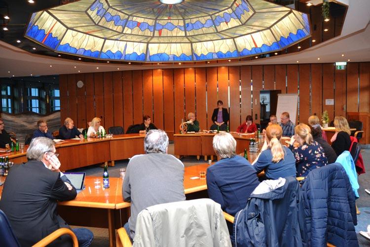 Der Infoabend fand im Haus Brandstätter statt. Die interessierten Teilnehmer folgten den Ausführungen der Organisatorin Katharina Fischer.