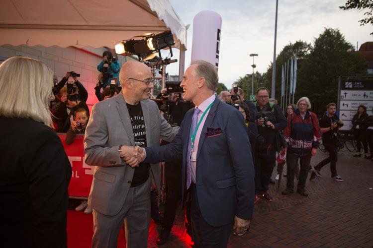 Torsten Neumann begrüßt den Oscar-Preisträger Keith Carradine am roten Teppich.