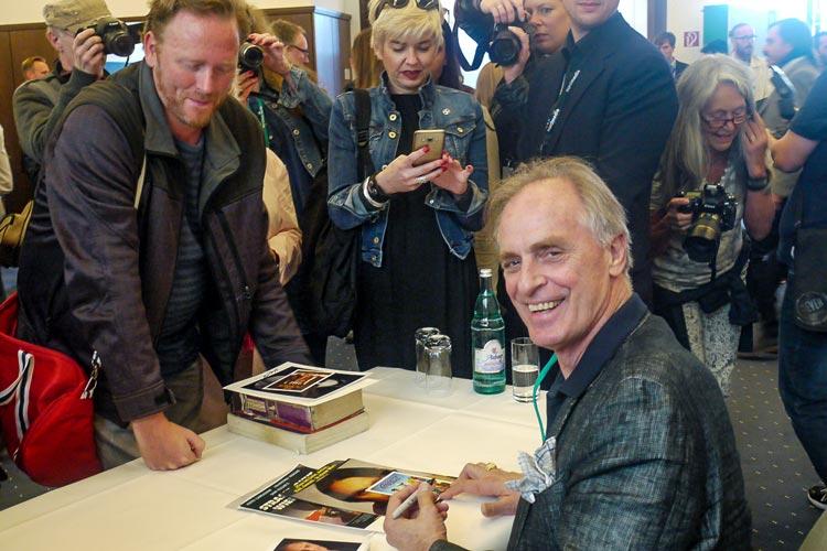 Keith Carradine kam gerne den Autogrammwünschen der Fans nach.