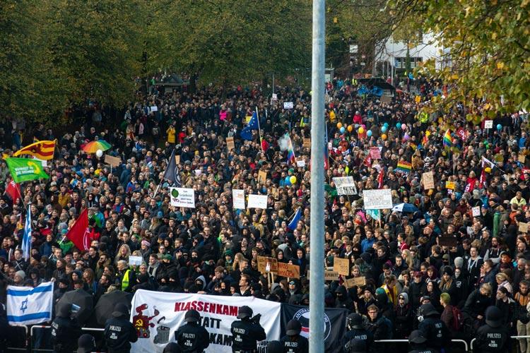 Rund 6000 Oldenburgerinnen und Oldenburger sind heute für eine weltoffene und tolerante Gesellschaft und in der es keinen Platz für rechte Hetze gibt, auf die Straße gegangen.