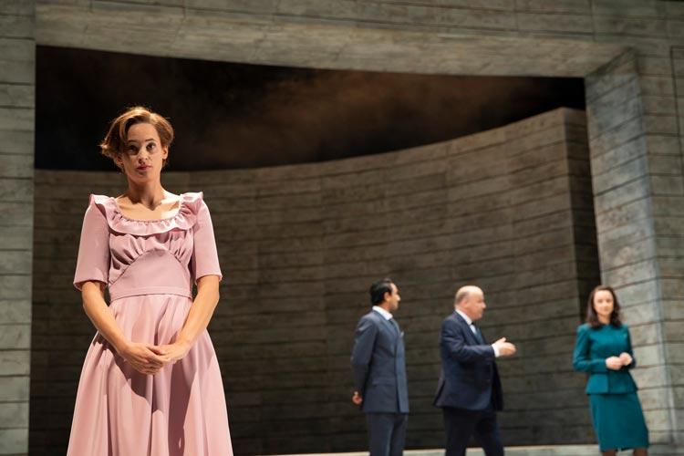 Rebecca Seidel spielt Effi Briest nach Theodor Fontane derzeit im Großen Haus des Oldenburgischen Staatstheaters.