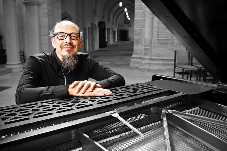 Henning Pertiet hat sich musikalische Gäste nach Oldenburg eingeladen.