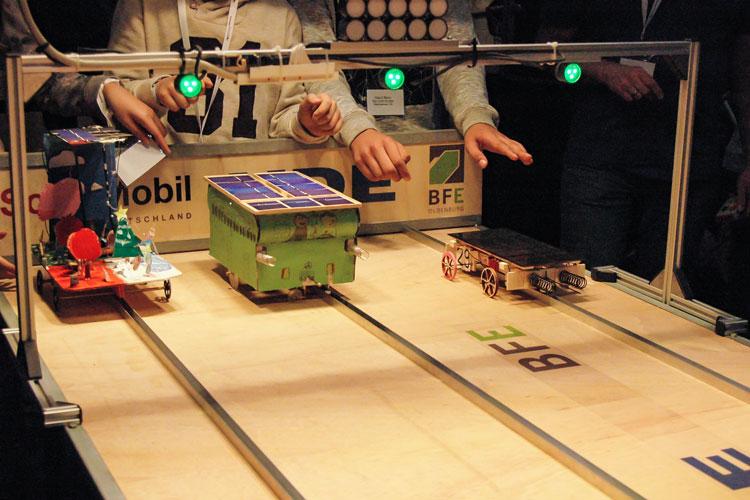 Die Schülerinnen und Schüler gehen beim SolarCup in Oldenburg mit selbst konstruierten Solarmobilen an den Start.