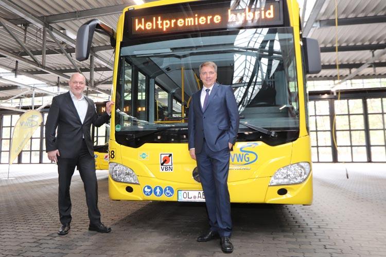 Oberbürgermeister Jürgen Krogmann und der VWG-Geschäftsführer Michael Emschermann nahmen in dieser Woche den weltweit ersten Citaro Gelenkbus NGT hybrid in Oldenburgs Busflotte auf.
