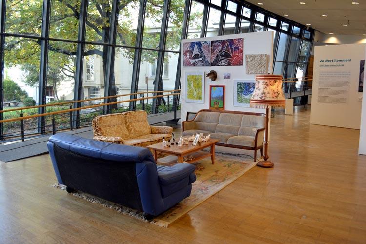"""Der Ausstellungsteil """"unbehaust"""" ist in Zusammenarbeit mit der Werkschule und Menschen in Obdachlosigkeit und Armut entstanden."""