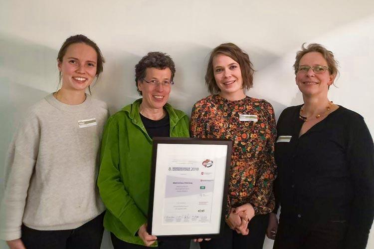 Nahmen den Preis in Hannover entgegen (von links): Gilda Kardeß (Projektmitarbeiterin Mädchen*KLUB), Doris Beel (Geschäftsführerin Mädchenhaus), Annika Dühnen (Projektleiterin Mädchen*KLUB) und Barbara Haff (Leiterin Mädchentreff).