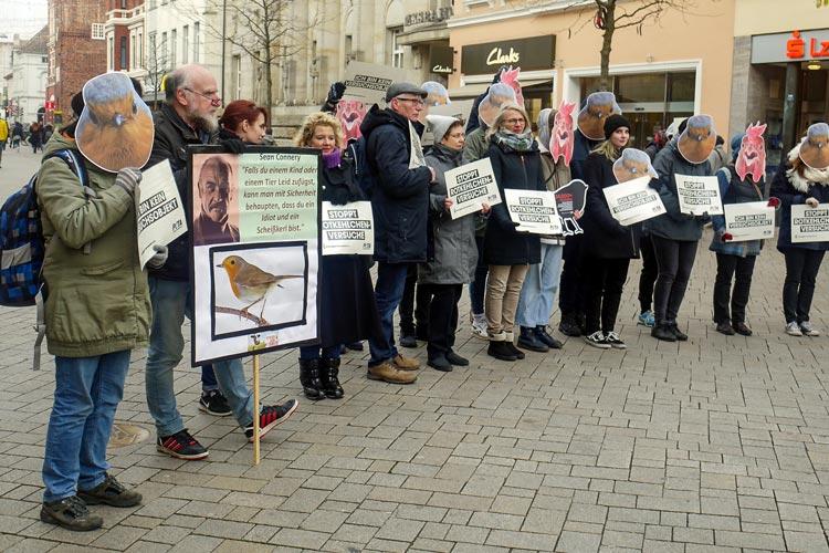 In der Oldenburger Fußgängerzone protestierten am Dienstag Tierschützer gegen die Tierversuche an der Universität Oldenburg und übergaben anschließend rund 35.000 Unterschriften gegen das Töten von Tieren zu Forschungszwecken.