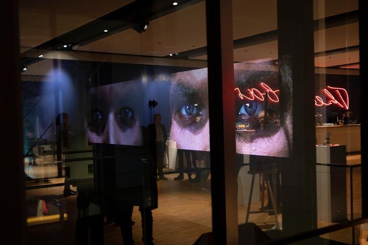 Die Videoinstallation von Christoph Girardet zieht die Blicke im Treppenhaus des Oldenburgischen Staatstheaters auf sich.