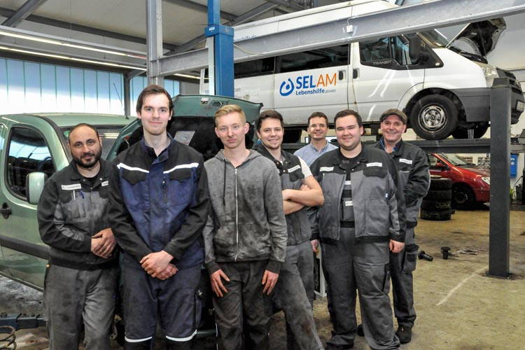 Die gemeinnützige Kfz-Werkstatt deine Autowerkstatt in Oldenburg bildet schwer zu vermittelnden Jugendlichen aus.