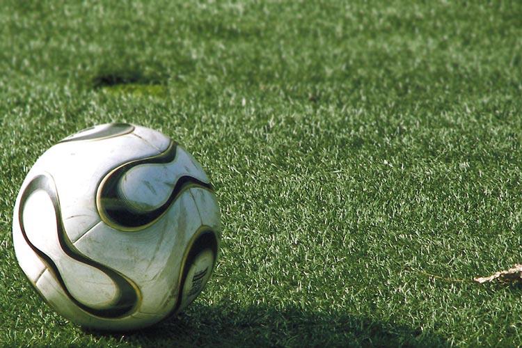 Am Nikolaustag wollen niedersächsische Fußballfans mit dem Sportminister diskutieren.