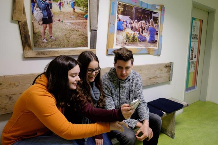 Jugendliche Online-Berater aus Bremen, Oldenburg und der Wesermarsch werben mit einer selbst entwickelten Handy-Rallye für Datenschutz und respektvolles Verhalten im Internet.