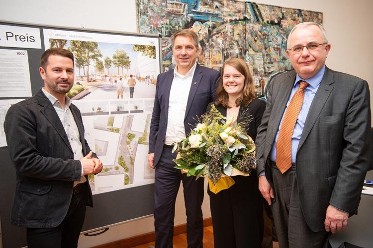 Landschaftsarchitekt Björn Bodem, Oberbürgermeister Jürgen Krogmann, Projektleiterin Lydia Koch und Klaus Marbold, Vorsitzender des Sanierungsbeirates Kreyenbrück-Nord, freuen sich über die Aufwertung des gesamten Stadtteils.
