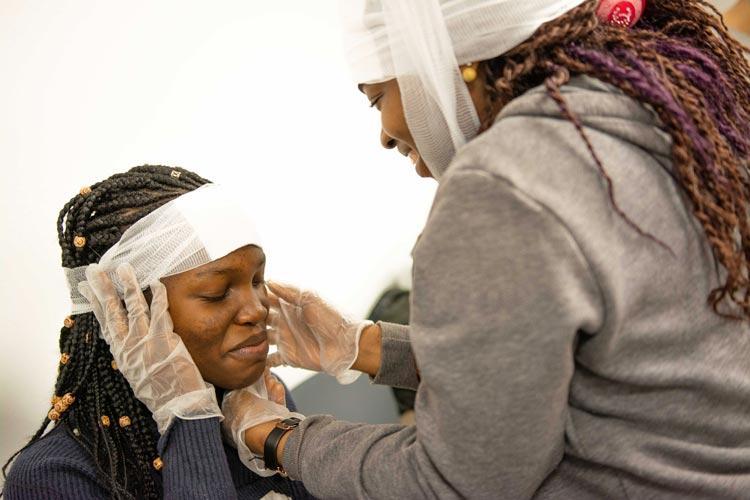 """Bei der Auftaktveranstaltung zum Projekt """"Erste Hilfe ohne Grenzen 2.0"""" lernten die Teilnehmerinnen und Teilnehmer die Grundlagen kennen."""