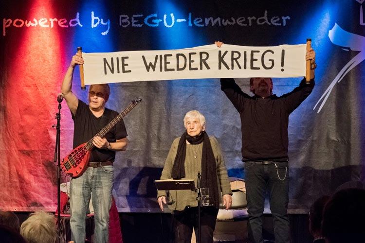 Die Auschwitzüberlebende und Künstlerin Esther Bejarano tritt gemeinsam mit der Band Microphone Mafia und der Projektgruppe CiNS in Oldenburg auf.