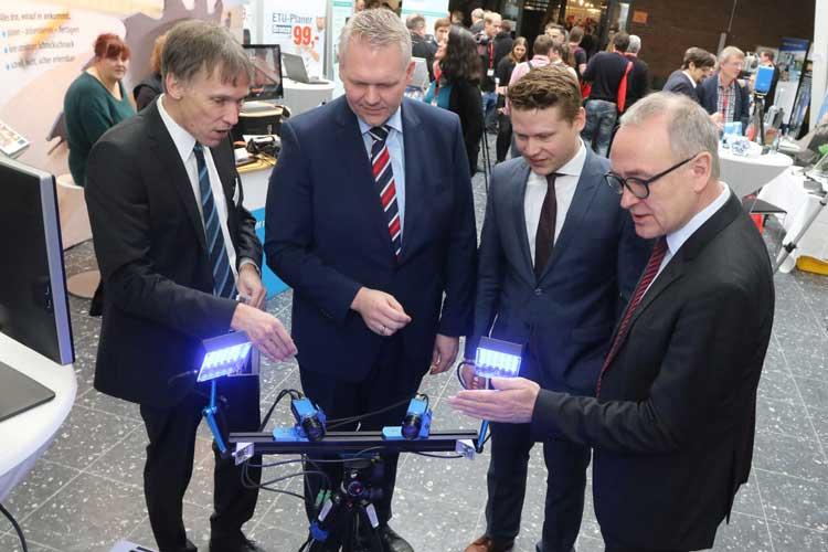 Prof. Dr. Thomas Luhmann (links) und Prof. Dr. Manfred Weisensee, Präsident der Jade Hochschule (rechts), begrüßten Wissenschaftsminister Björn Thümler (2. Von links) und Dr. Martin Peterek von der Uni Aachen auf den 3D-Tagen.